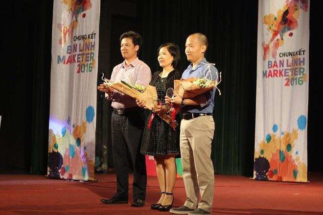 Chủ tịch CLB Truyền thông và Tiếp thị Việt Nam Trần Anh Tú nhận hoa và lời cảm ơn từ chương trình