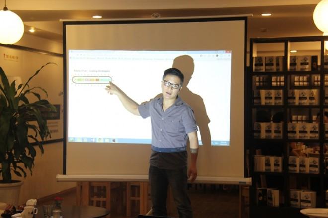 Anh Nguyễn Thanh Hà đang đưa ra hình ảnh cấu trúc gene của virus để minh họa cho các yếu tố giúp tạo nên viral video